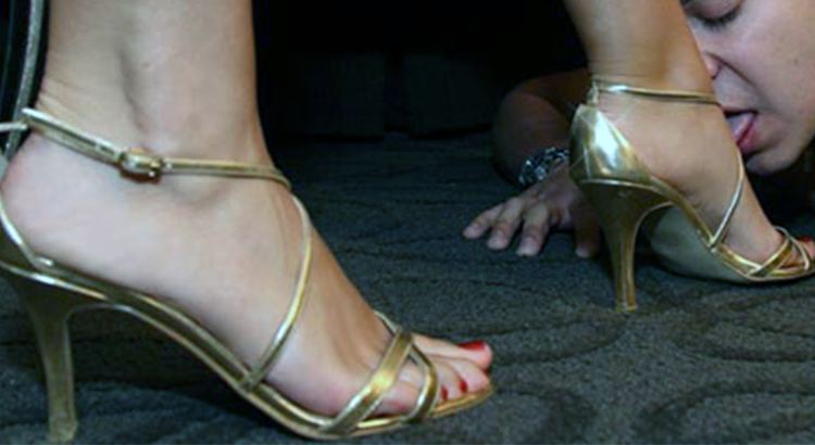 Sexy Padrona cerca schiavo per masturbazioni coi piedi